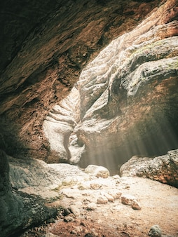 Mise au point douce. gorges de saltinskij avec la lumière du soleil au daghestan. vue verticale.