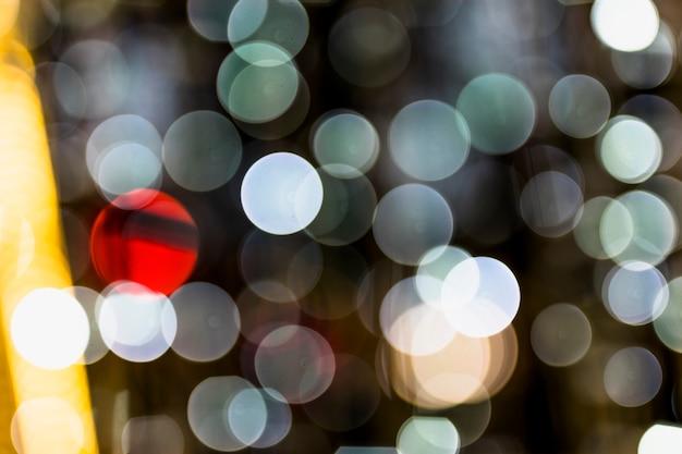 Mise au point douce d'une lumière rougeoyante avec une lumière éclairée