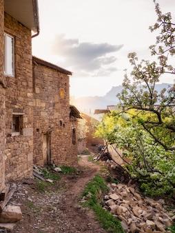 Mise au point douce. village authentique au daghestan. maison rurale en pierre dans un village de kakhib, daghestan. russie.