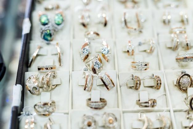 Mise au point sélective sur les bijoux en or sur vitrine