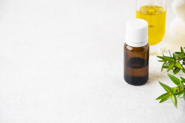 Mise au point sélective sur une bouteille d'huile essentielle en verre, concept d'aromathérapie