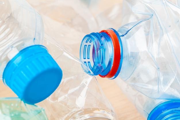 Mise au point sélective, bouteille en plastique pour les déchets de recyclage