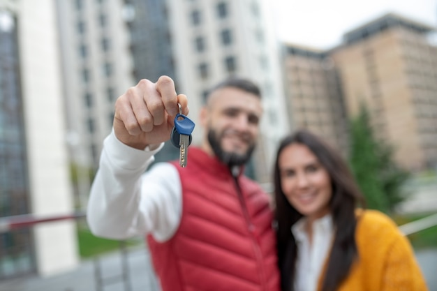 Mise au point sélective des clés d'une nouvelle maison d'un beau jeune couple