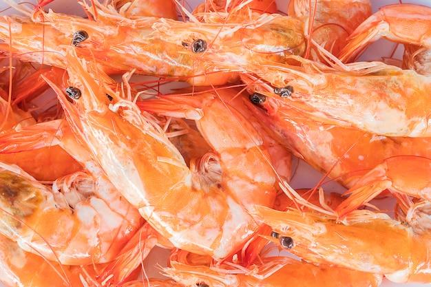 Mise au point sélective de crevettes à la vapeur dans une assiette blanche