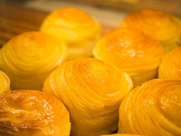 Mise au point sélective du pain frais cuit au four dans une grille.