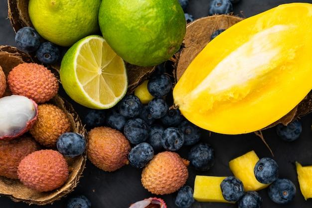 Mise au point sélective, fruits tropicaux d'asie, mangue et citron vert, litchi