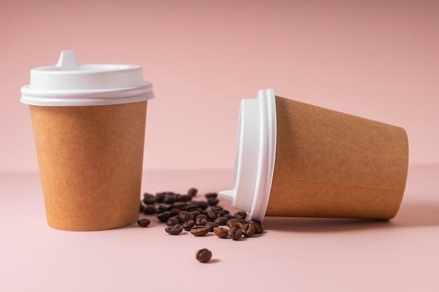 Mise au point sélective. gobelets en papier pour boissons chaudes café et thé