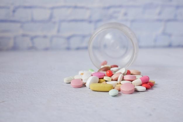 Mise au point sélective. gros plan sur de nombreuses pilules et capsules colorées.