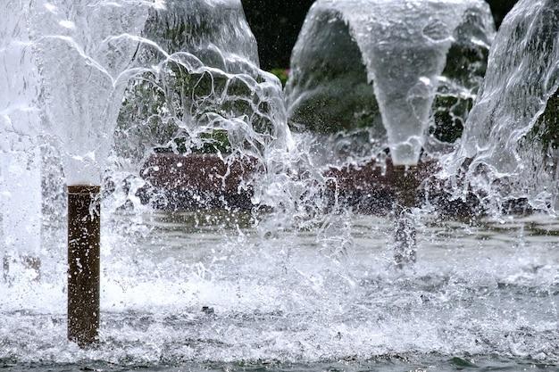 Mise au point sélective sur le jet de fontaine urbaine et l'espace de copie d'arrière-plan flou