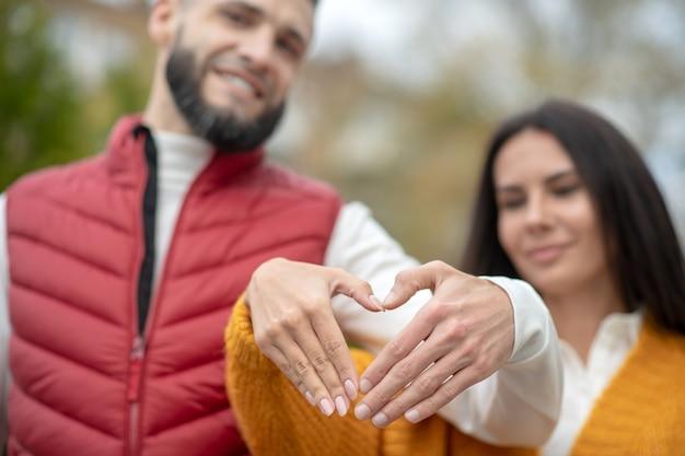 Mise au point sélective de la main en forme de coeur