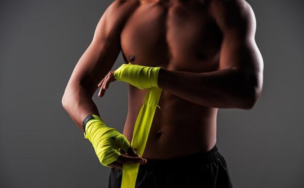 En mise au point sélective de mains humaines liées avec des enveloppements de mains de boxe