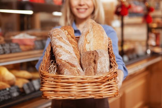 Mise au point sélective sur des miches de délicieux pain frais dans un panier.