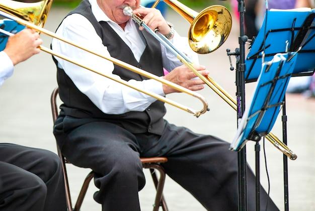 Mise au point sélective. les musiciens jouant dans des vêtements d'extérieur dans la rue