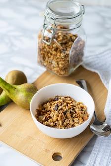 Mise au point sélective, petit-déjeuner sain, muesli naturel