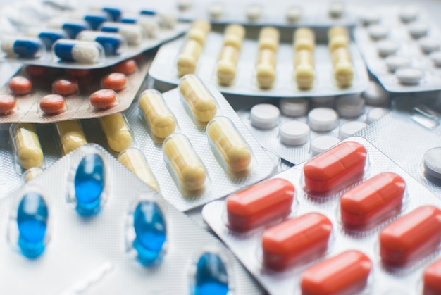Mise au point sélective des pilules médicales dans des ampoules. fermer. santé et médecine. concept de pharmacie médicale. journée de la santé.