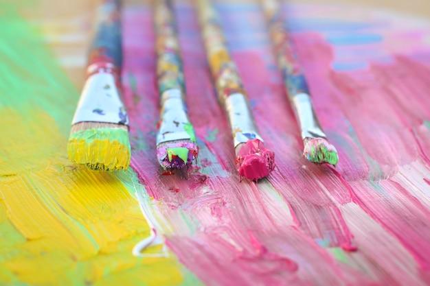 Mise au point sélective sur les pinceaux sur fond coloré, concept d'éducation