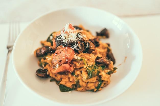 Mise au point sélective d'un plat délicieux et unique, magnifiquement conçu et servi