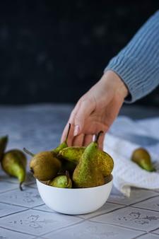 Mise au point sélective, poires molles vertes mûres