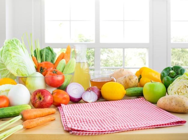 Mise au point sélective sur tissu / ensemble de légumes de variété avec espace de copie