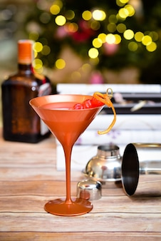 Mise au point sélective verticale d'un cocktail exotique avec des lumières sur la table