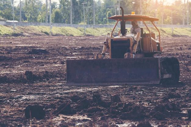 Mise en décharge niveleuse niveleuse sur le chantier de construction avant le lancement du projet
