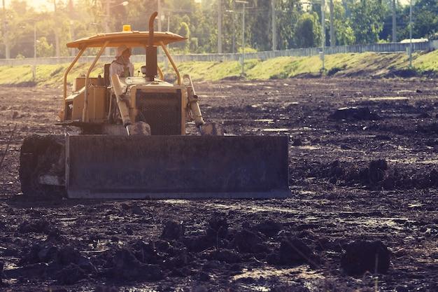 Mise en décharge niveleuse niveleuse sur le chantier de construction