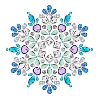 Mise en page créative des bijoux. le mandala est composé de différentes pierres précieuses sur fond blanc.
