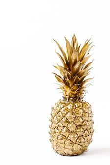 Mise en page créative fait d'ananas d'or isolé. idée d'été.