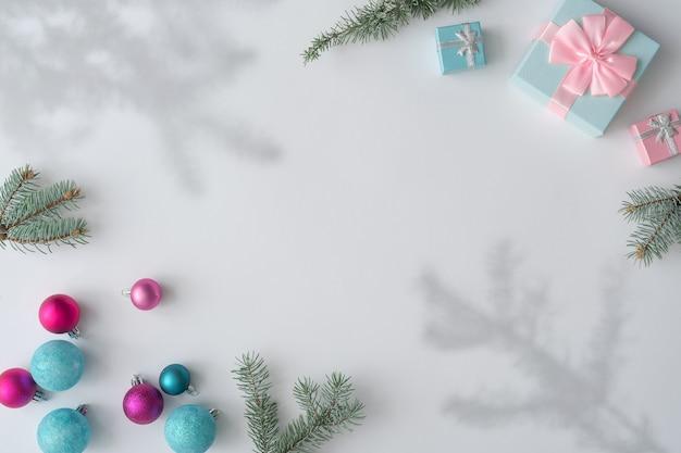 Mise en page créative faite de décoration de noël colorée et cadeaux sur blanc