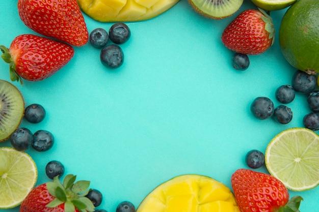 Mise en page créative faite de fruits d'été, cadre.