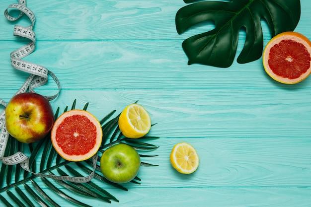 Mise en page créative faite de fruits tropicaux d'été et de feuilles. plat poser. concept de remise en forme