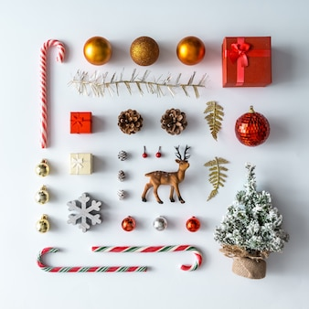 Mise en page créative de noël faite de décoration d'hiver de noël. mise à plat. concept de nouvel an de la nature.