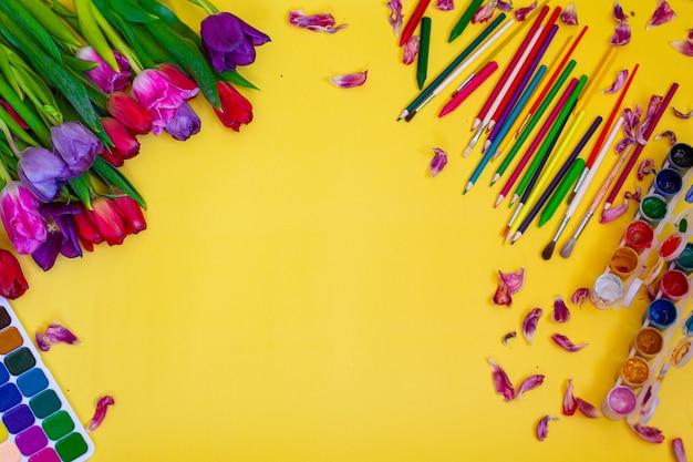 Mise en page créative avec palette aquarelle, pinceaux sur fond jaune. photo de haute qualité
