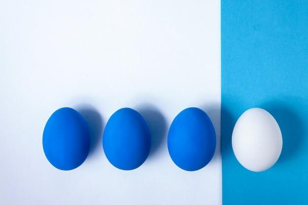 Mise en page créative pâques. concept de minimalisme. couleur tendance de l'année - bleu classique. vue de dessus à plat.