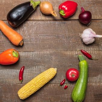Mise en page avec différents légumes sur une vieille table en bois avec espace de copie.