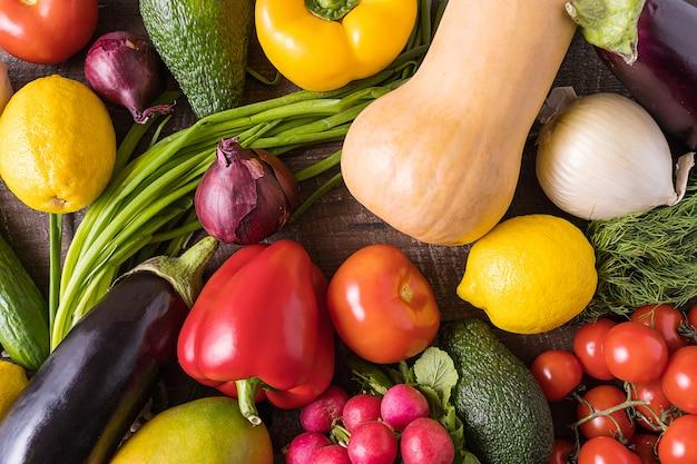 Mise en page avec différents légumes sur une vieille table en bois.