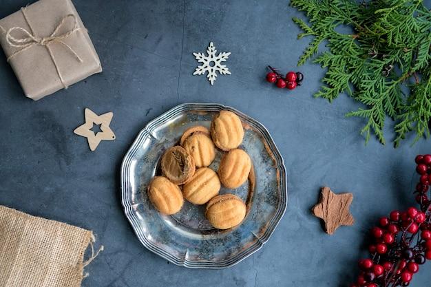 Mise en page encadrée de décorations de noël, cadeaux, noix et thuya.