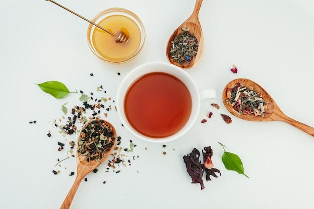 Mise en page faite de tasse de thé noir et de feuilles. vue de dessus