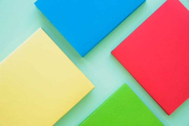 Mise en page de livres vides colorés