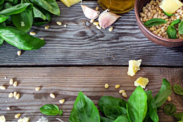 Mise en page des produits pour sauce pesto (pesto vert) sur un fond en bois, flatlay.