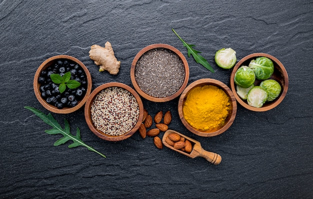 Mise en place d'une sélection d'aliments et d'aliments sains.