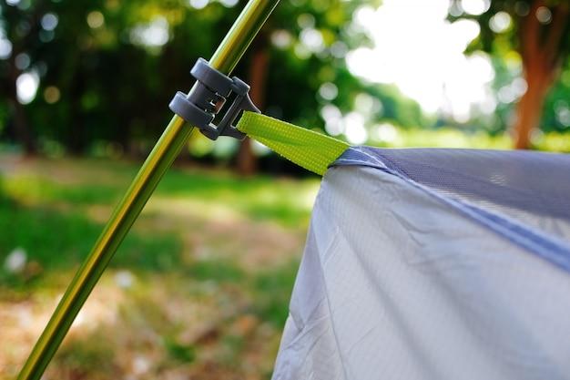 Mise en place d'une tente moderne, détail des tendeurs supportant le poids de la cabine intérieure.