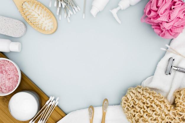 Mise à plat des accessoires de concept de bain avec espace copie