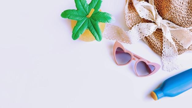 Mise à plat des accessoires d'été et isolé sur fond blanc, vue de dessus avec espace copie.concept de vacances tropical.