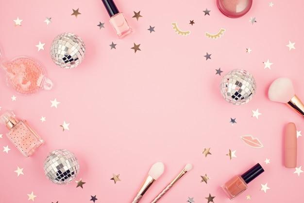 Mise à plat avec accessoires filles glamour sur fond rose