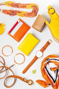 Mise à plat avec des accessoires de mode femme en couleurs jaunes.