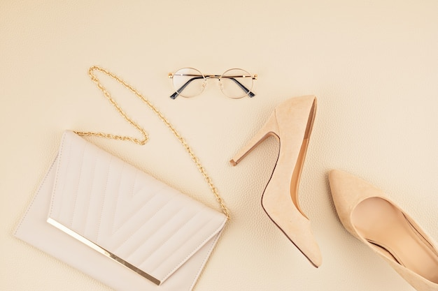 Mise à plat avec des accessoires de mode femme dans les couleurs jaunes et bleus. blog de mode, idée de style estival, shopping et tendances