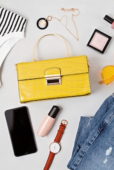 Mise à plat avec des accessoires de mode femme dans des couleurs jaunes. mode, blog de beauté en ligne, style d'été, concept de shopping et de tendances