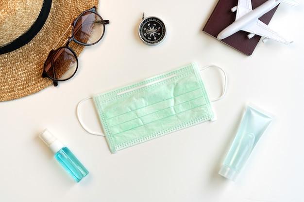 Mise à plat d'accessoires de voyage, désinfectant, vaporisateur d'alcool et masque protecteur. concept de soins de santé. vue de dessus avec espace copie.