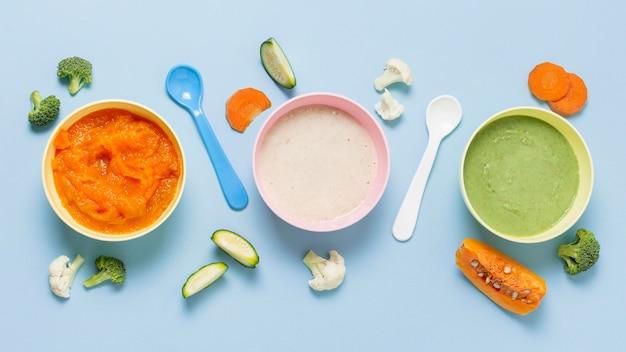 Mise à plat des aliments pour bébés sur fond bleu